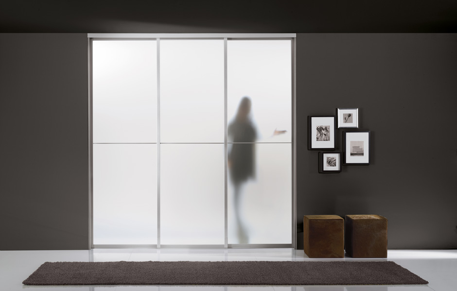 Vega Special sliding partition wall with aluminium frame, casing in satin-finished glass and Stich handle.